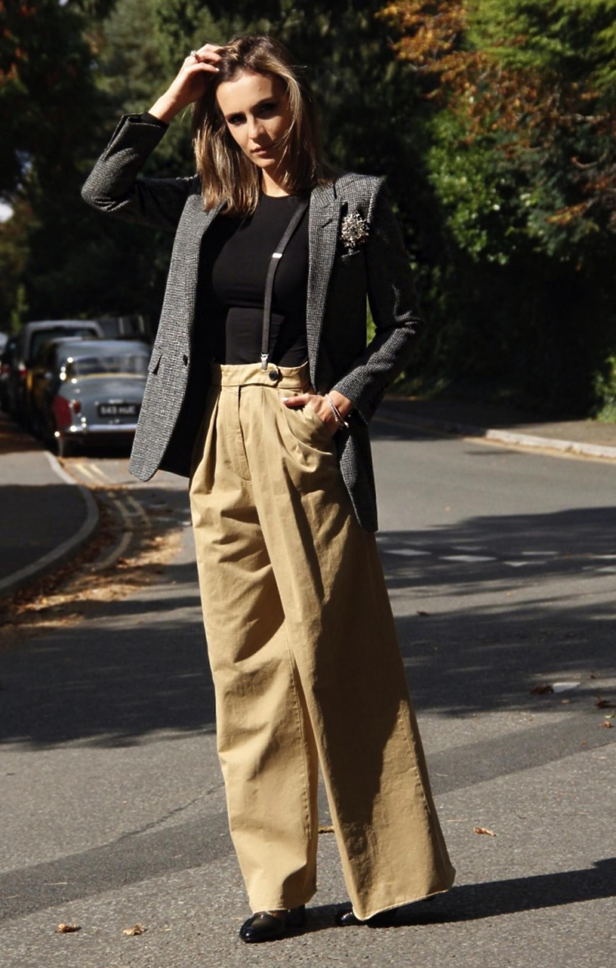Sara Boruc w brązowych szerokich spodniach