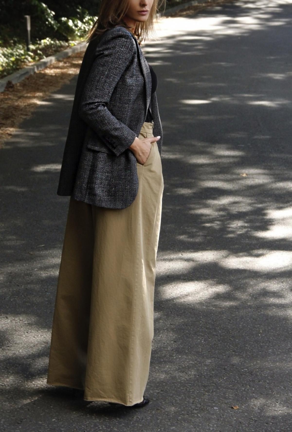 Stylizacja Sary Boruc w szarej marynarce i szerokich spodniach