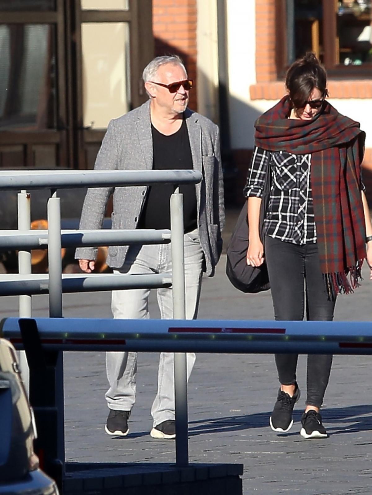 Marek Kondrat w szarym garniturze z żoną Antoniną Kondrat w koszuli w kratę