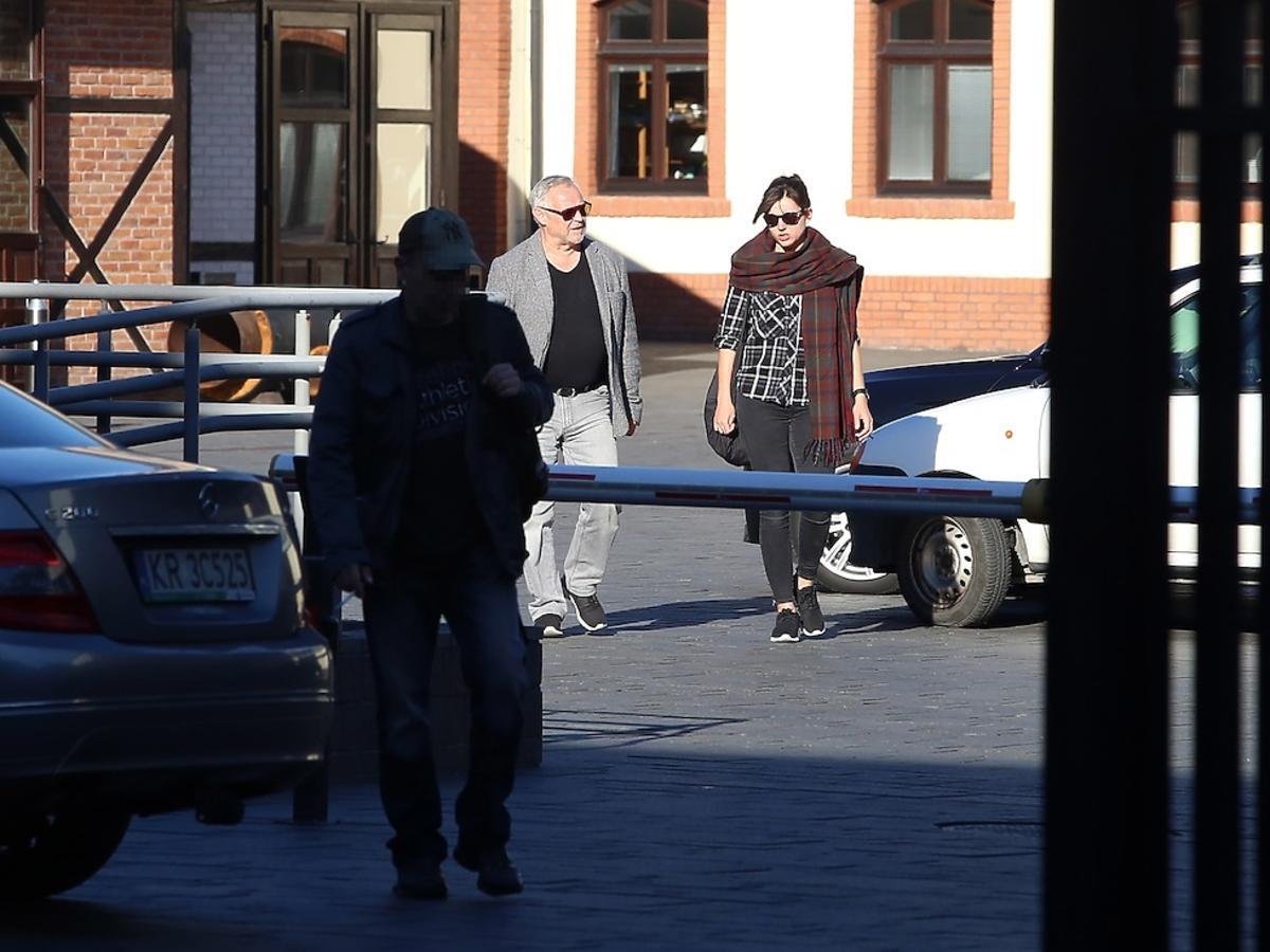 Marek Kondrat w szarej marynarce i czarnej bluzce z żoną Antoniną Kondrat w szalu w kratę na ulicy