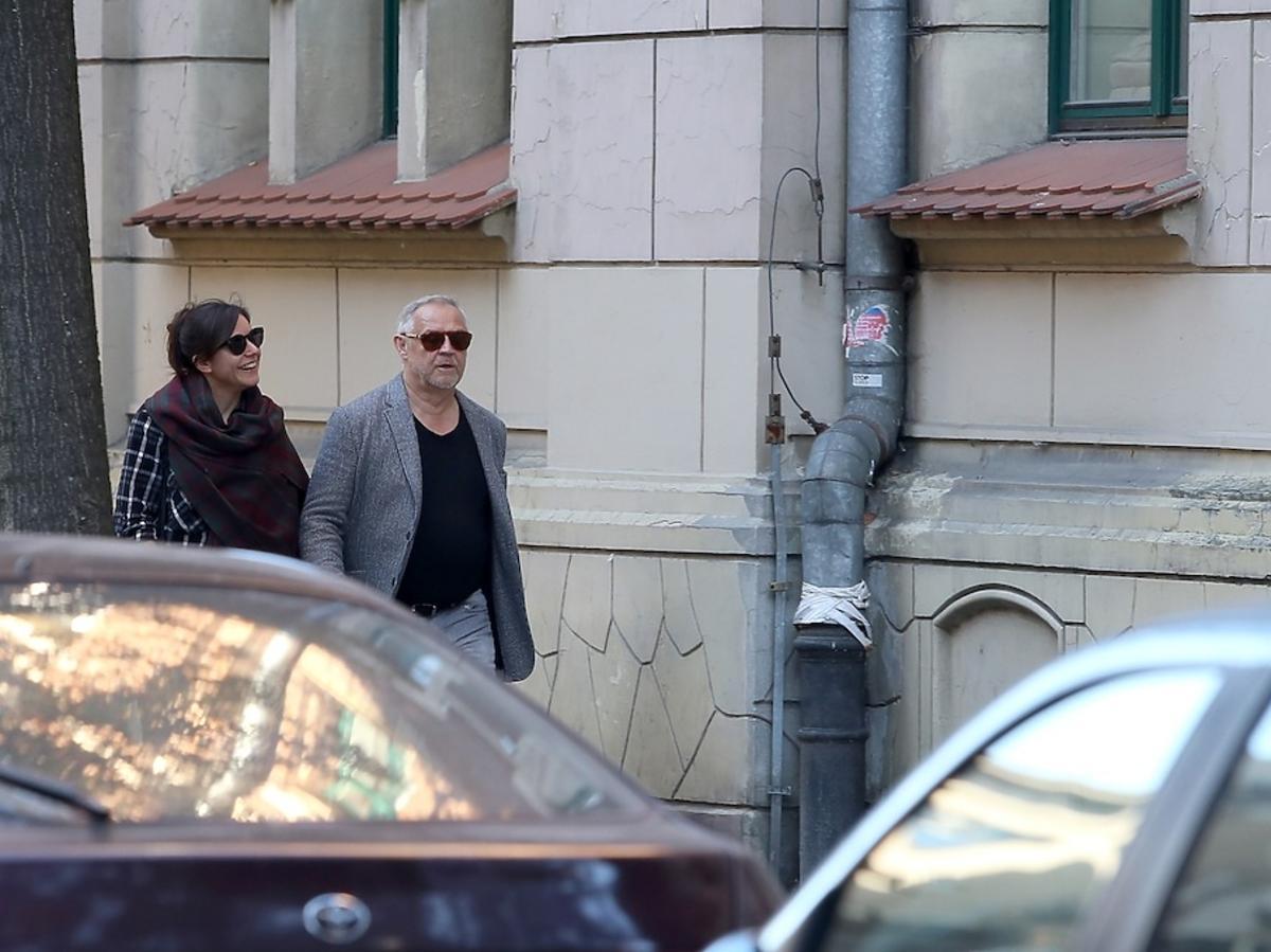 Antonina Kondrat w czarnej bluzce i okularach i Marek Kondrat w czarnym podkoszulku razem na ulicy