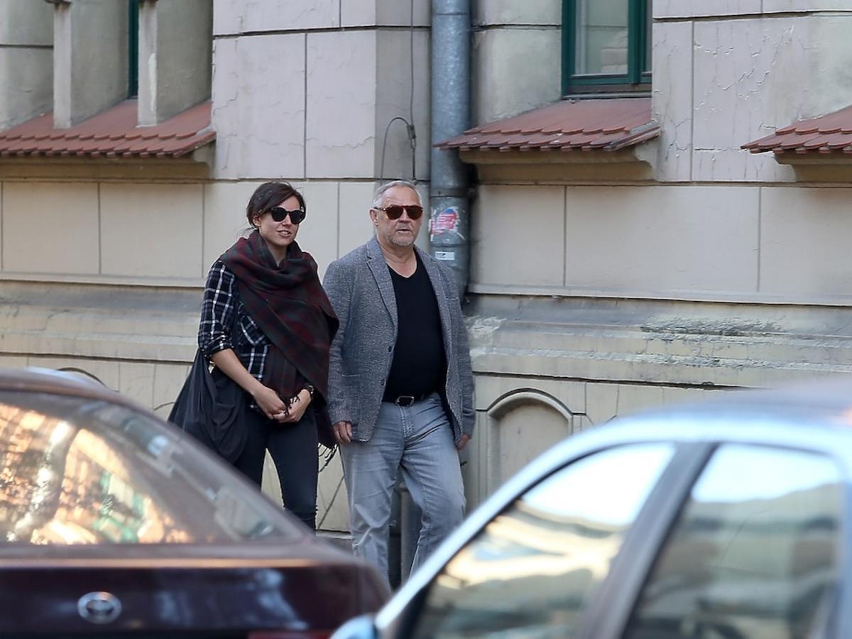 Antonina Kondrat w czarnych spodniach i Marek Kondrat w ciemnych okularach na ulicy w Krakowie