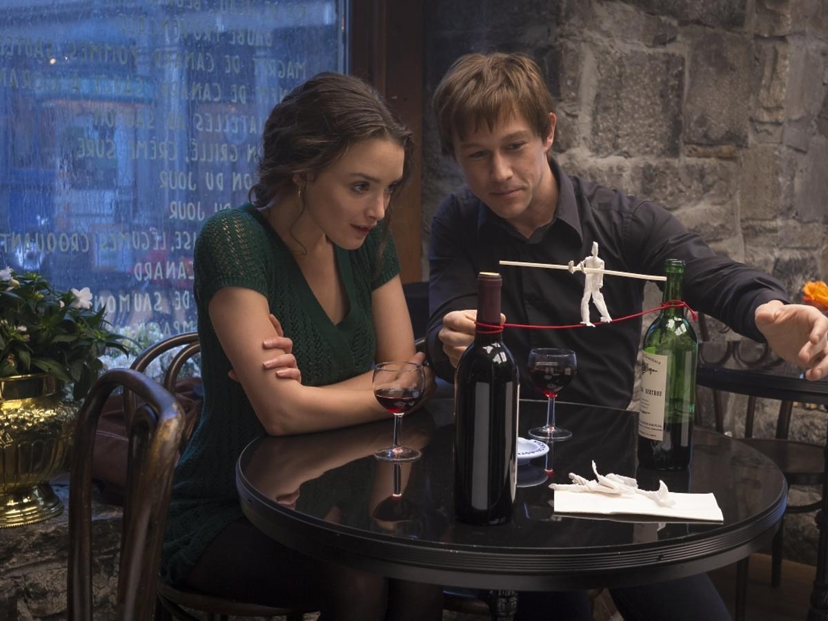 Joseph Gordon-Levitt i Charlotte Le Bon rozmawiają przy winie w filmie The Walk. Sięgając chmur
