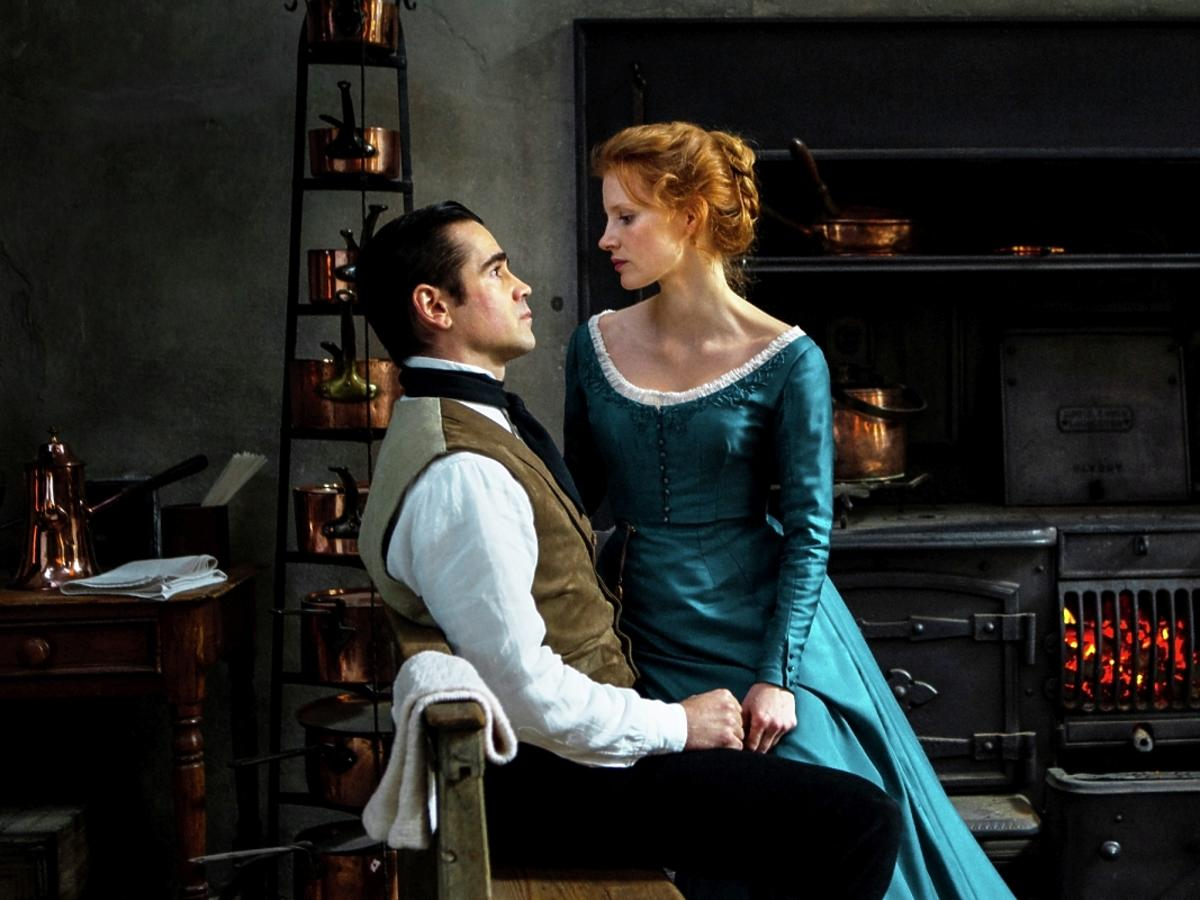 Jessica Chastain siedzi na kolanach Colina Farrella w filmie Panna Julia