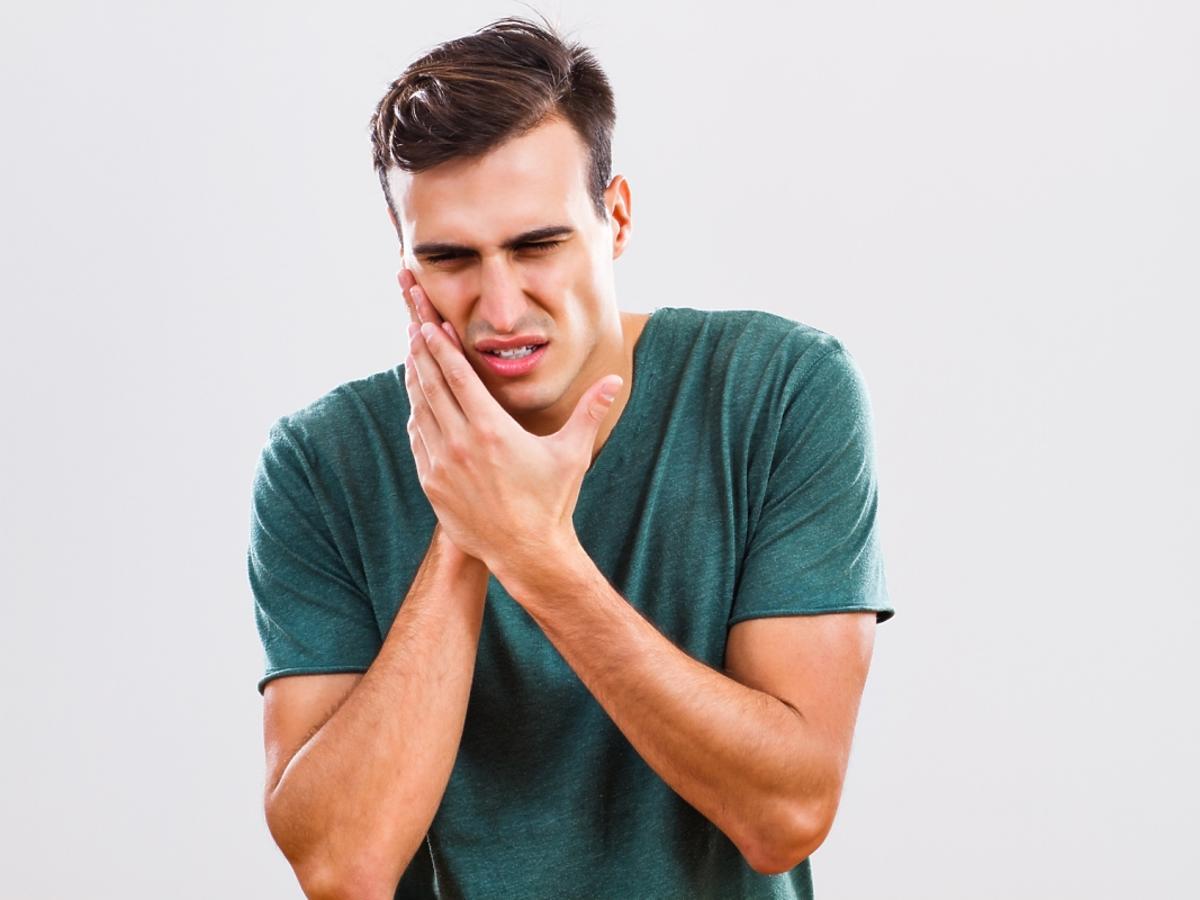 mężczyzna z bolącym zębem