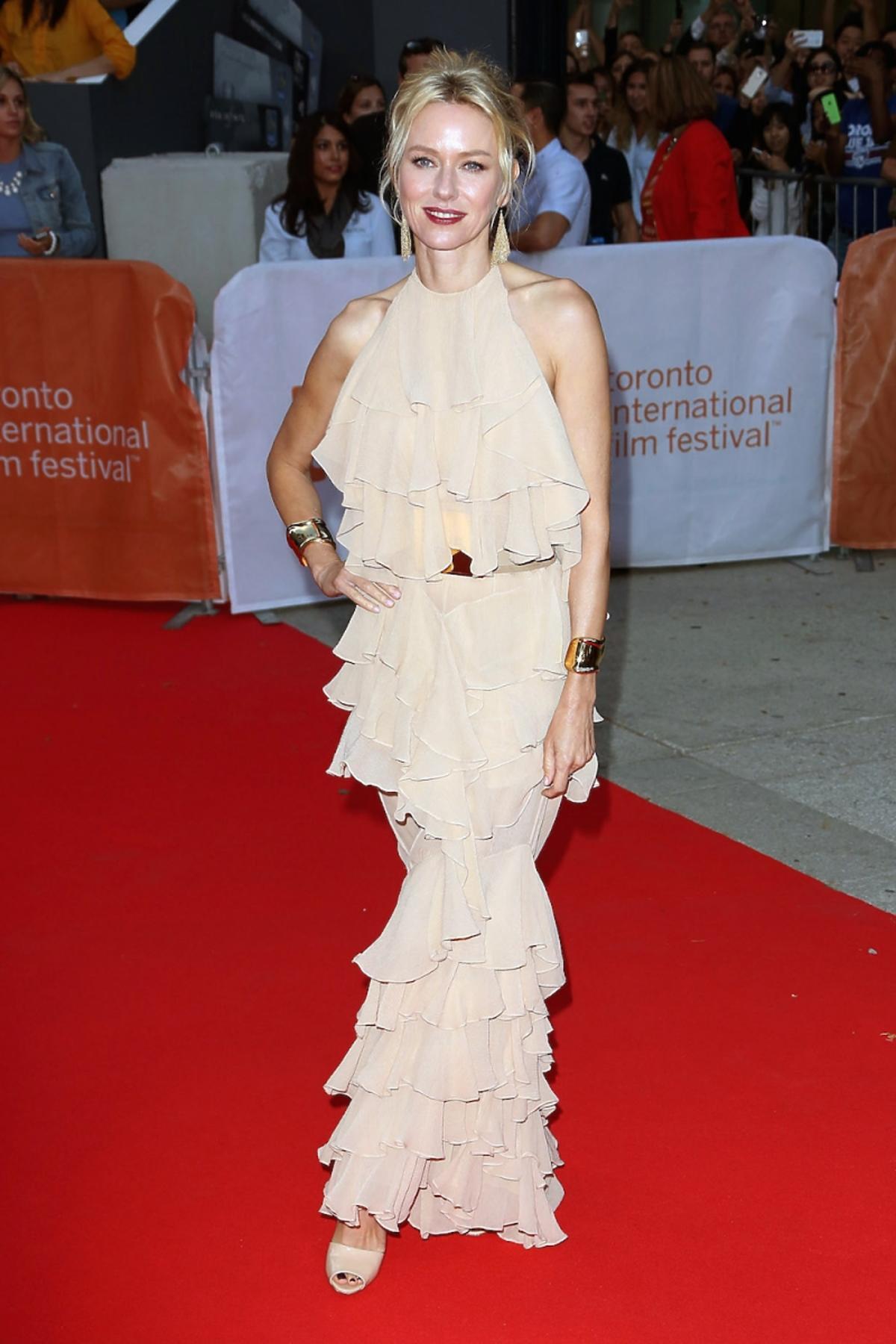 Naomi Watts w cielistej sukience z falbanami