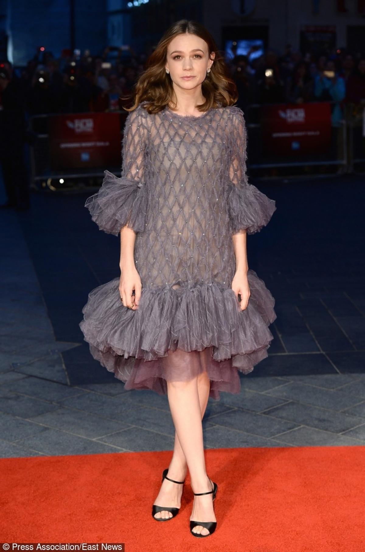 Carey Mulliganw szraej sukience z falbanami