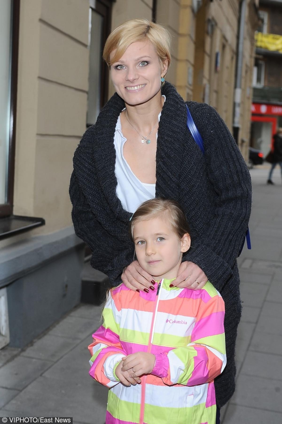 Anna Głogowska z córką Julią Gąssowską na ulicach Warszawy.