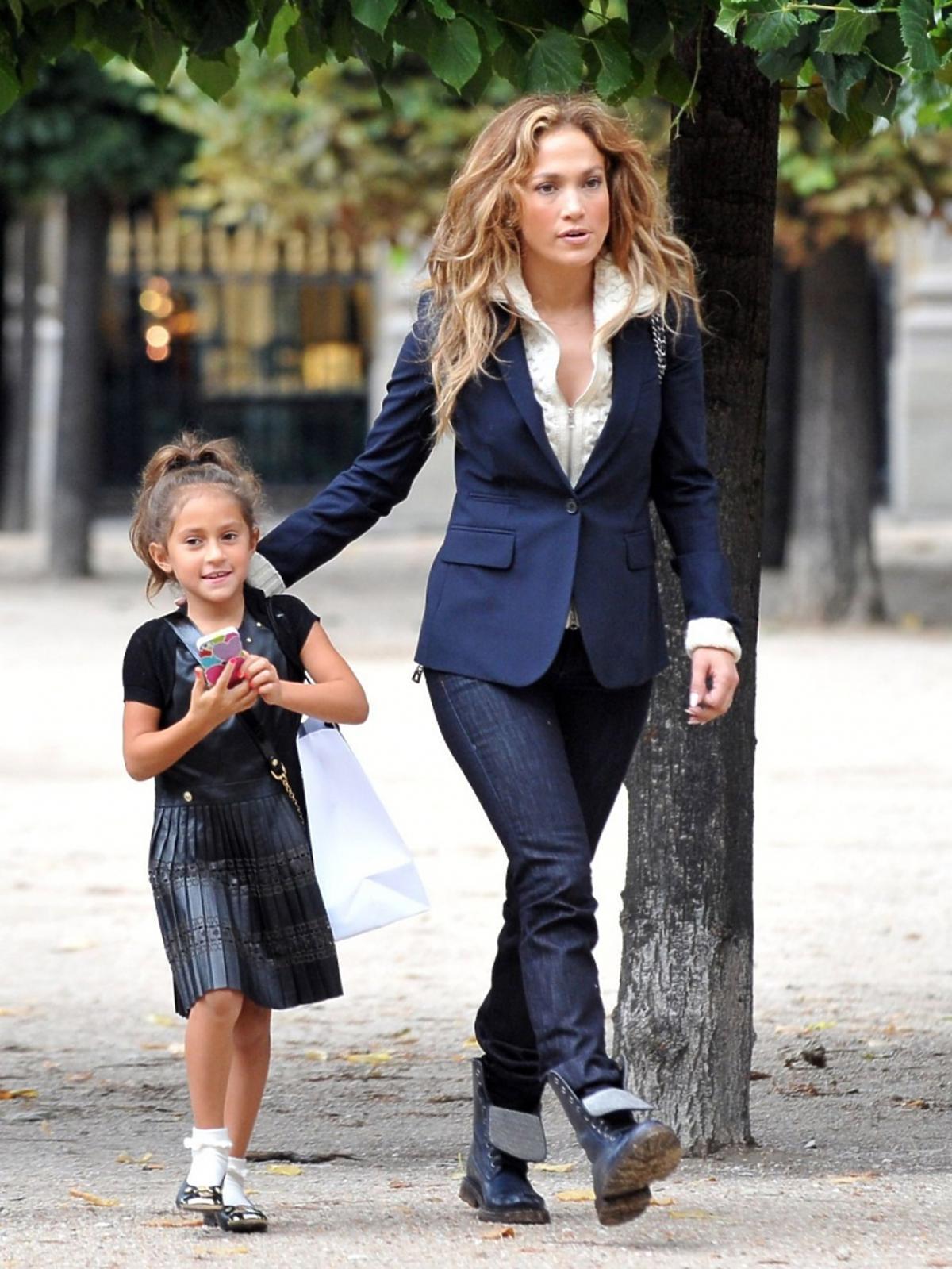 Jennifer Lopez z córką Emme na spacerze w Paryżu