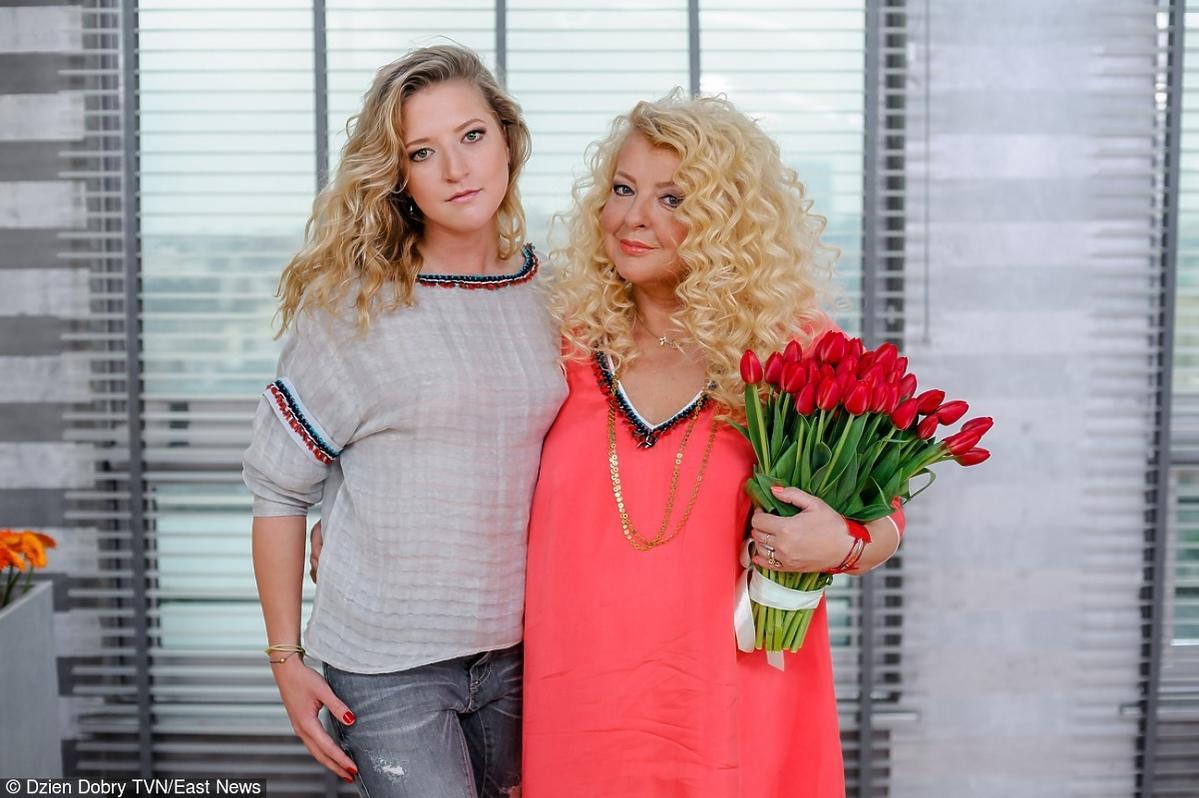 Magda Gessler z bukietem kwiatów i jej córka Lara na planie programu Dzien Dobry TVN
