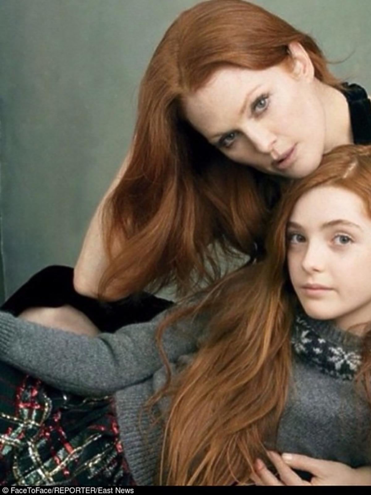 Mama, jak i córka mają burzę rudych włosów.Julianne  Moore z córką Liv Helen.