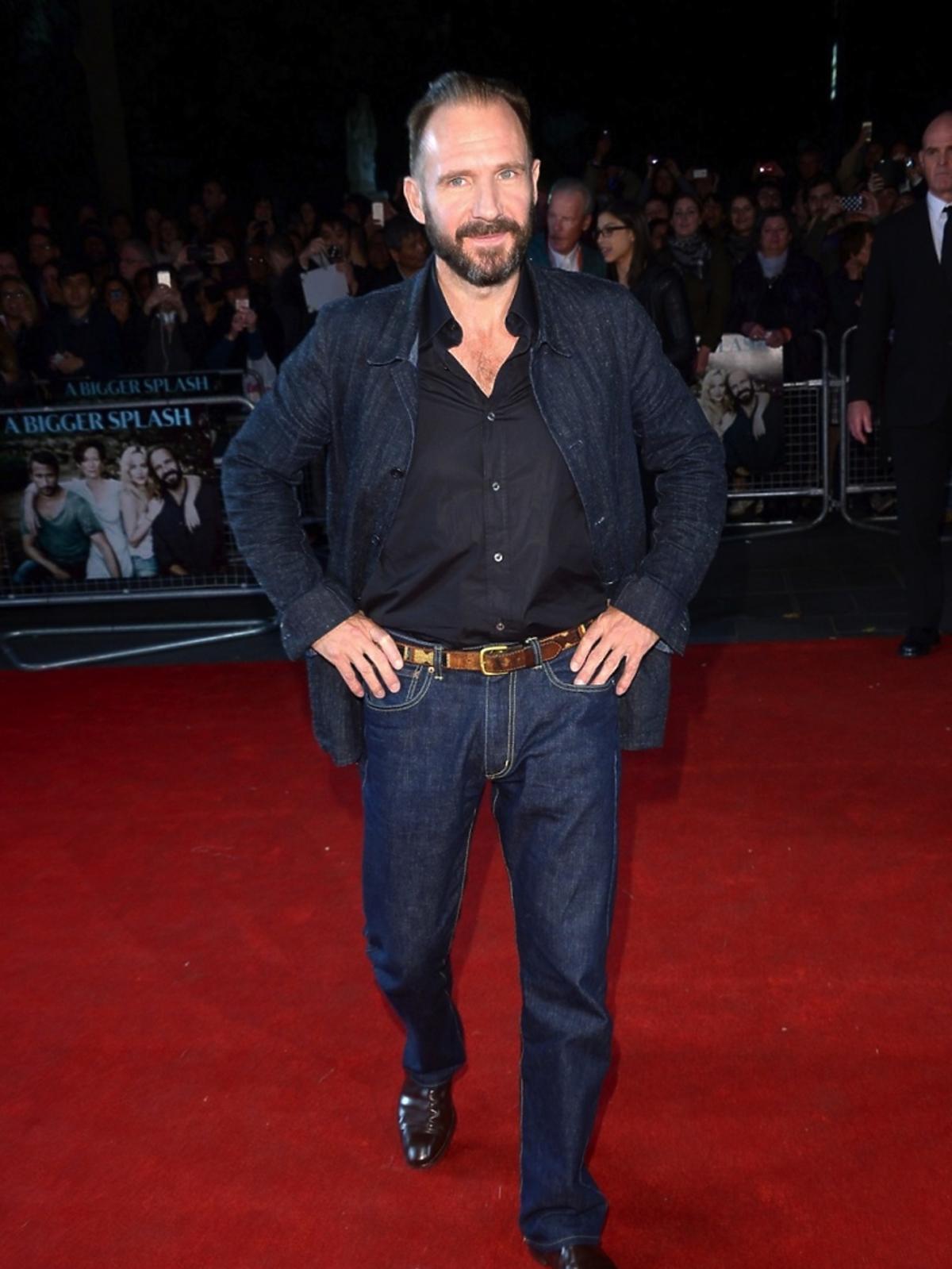 Ralph Fiennes w dżinsowej marynarce