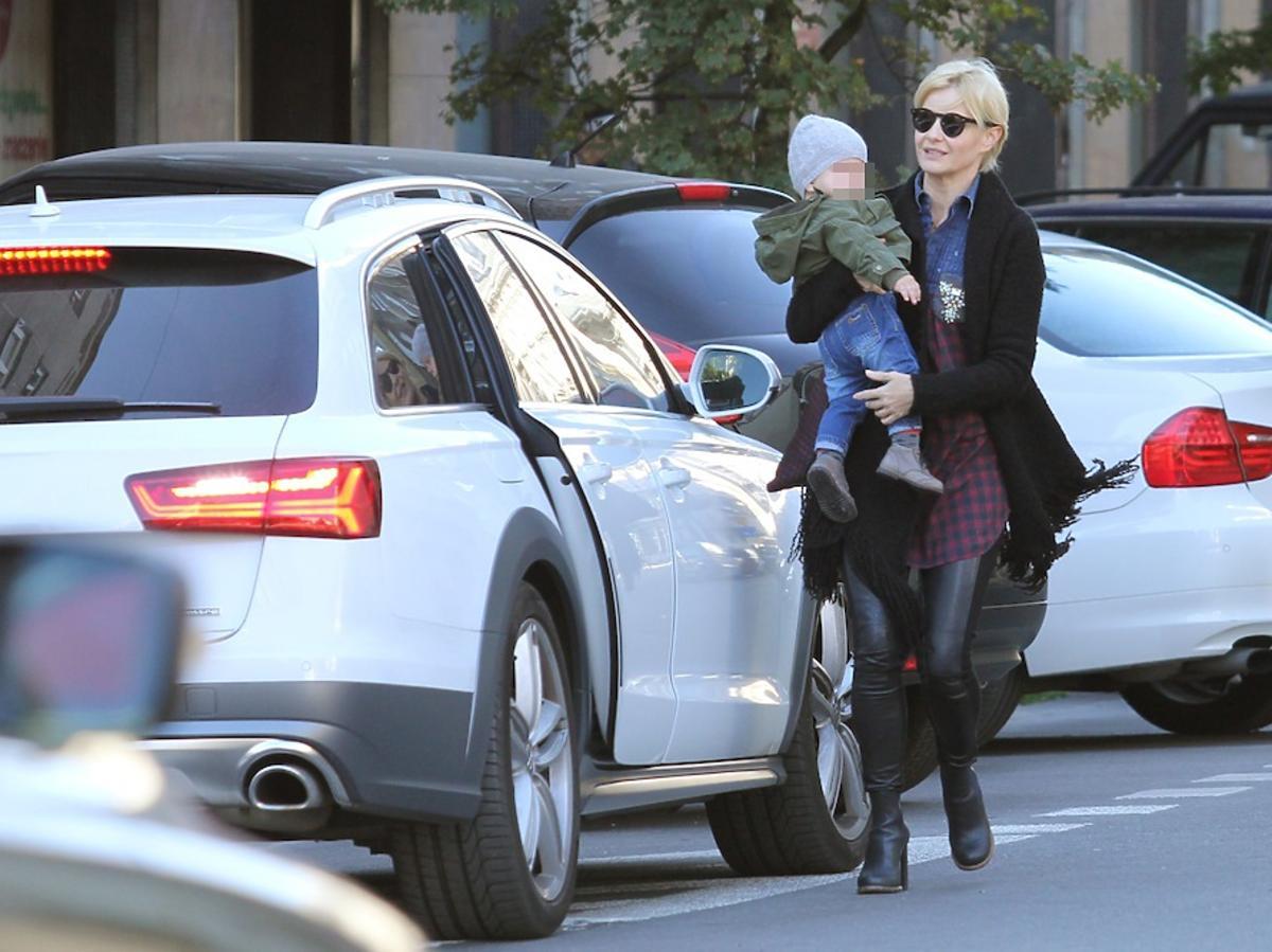 Małgorzata Kożuchowska z synkiem Jasiem na ulicy przy białym samochodzie