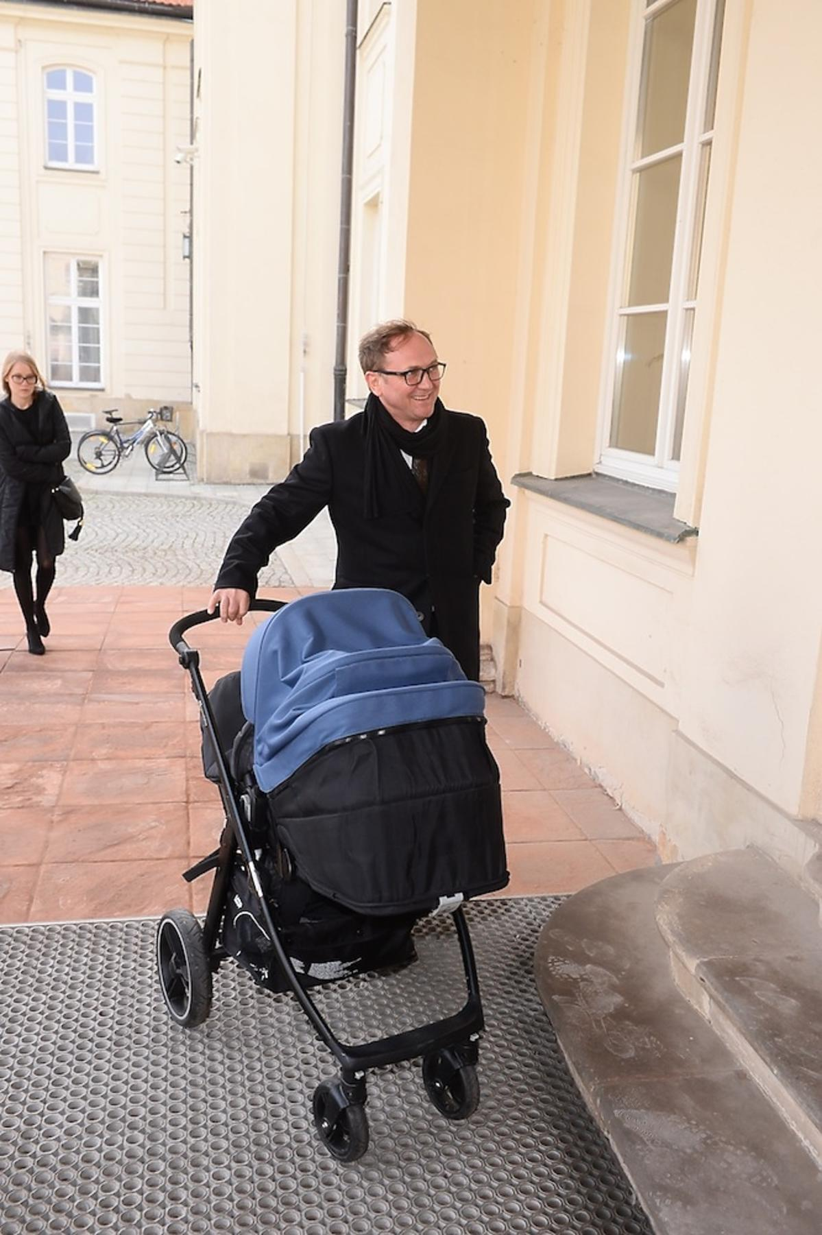 Andrzej Chyra z wózkiem przed Ministerstwem Kultury