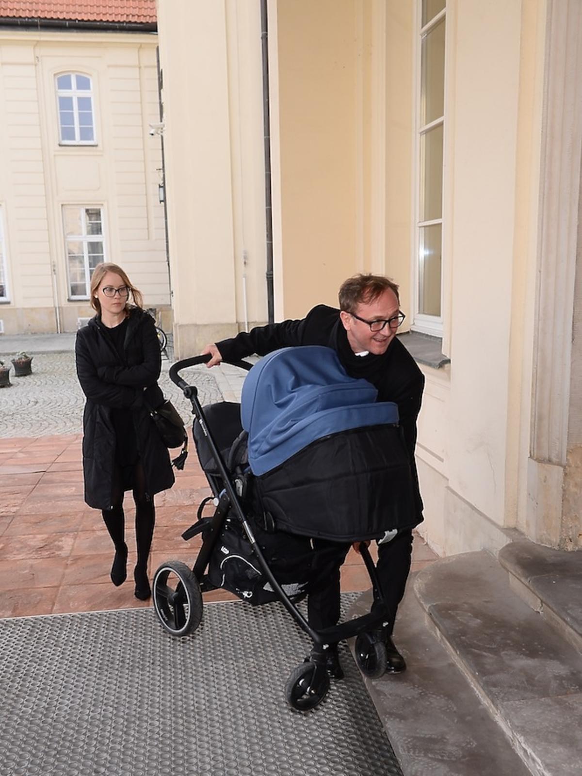 Andrzej Chyra wnosi wózek z synkiem do Ministerstwa Kultury