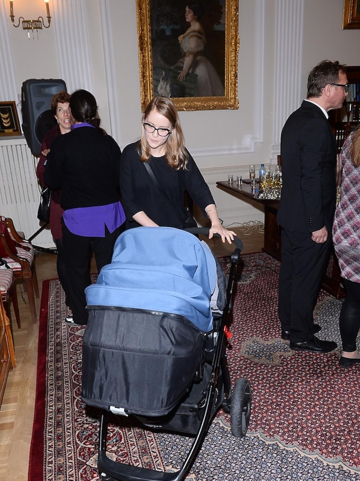 Paulina Jaroszewska cała na czarno z wózkiem w Ministerestwie kultury