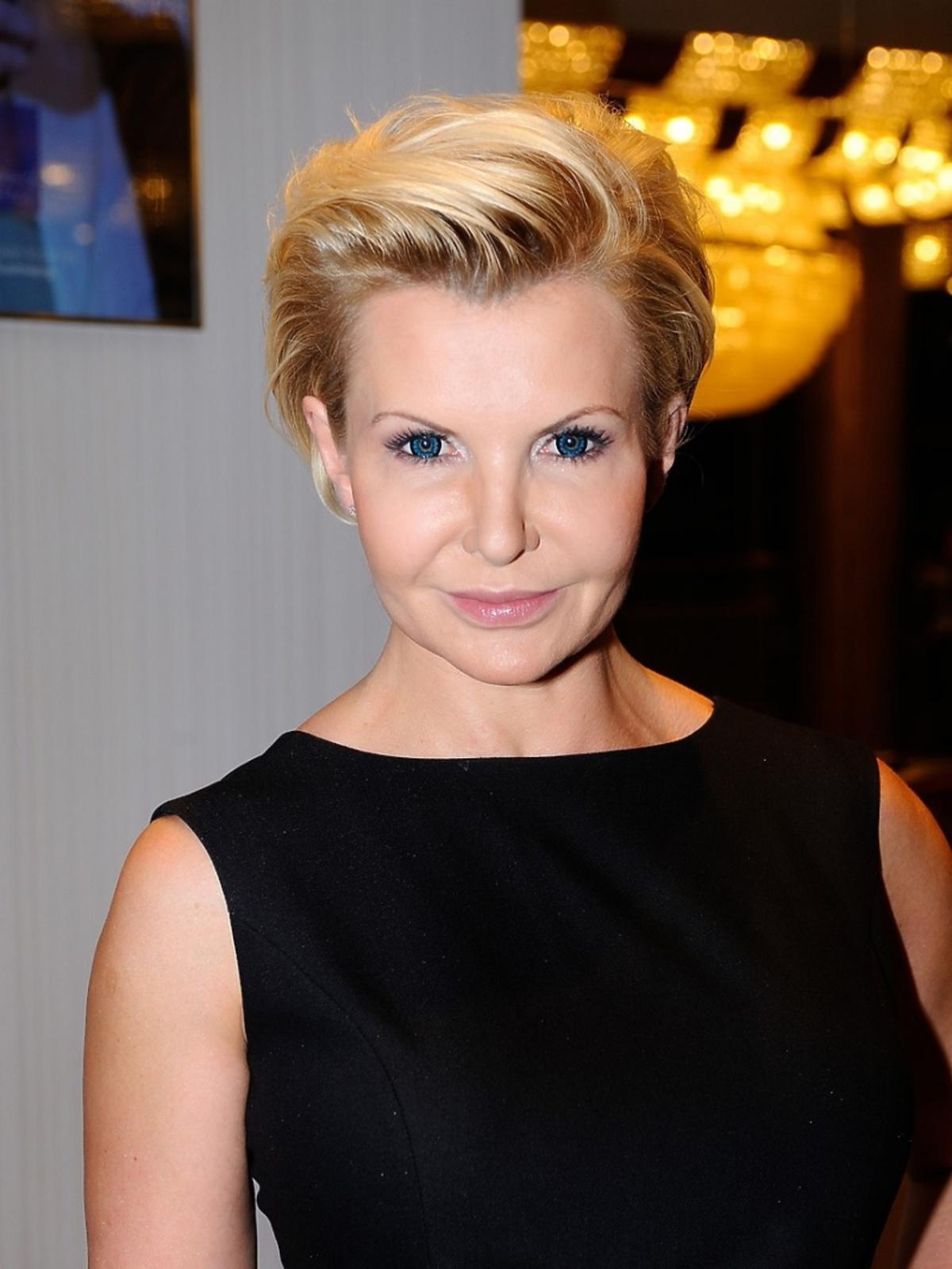Joanna Racewicz portret w zaczesanych wlosach do tyłu i delikatnym makijażu