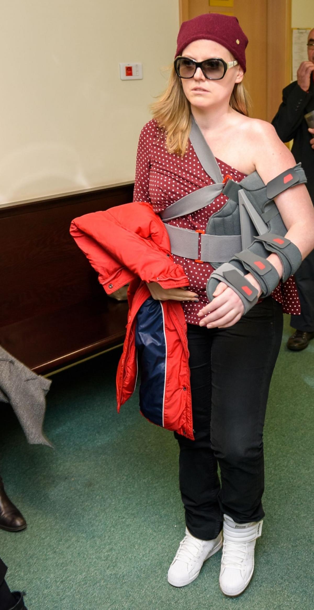 Isabel Marcinkiewicz ciągle ma chorą rękę i nosi temblak