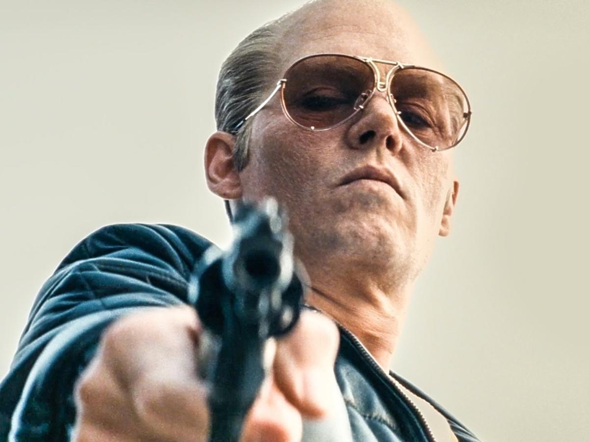 Johnny Depp mierzy z pistoletu w filmie Pakt z diabłem