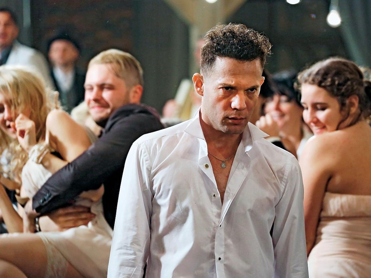Itay Tiran na weselu w filmu Demon