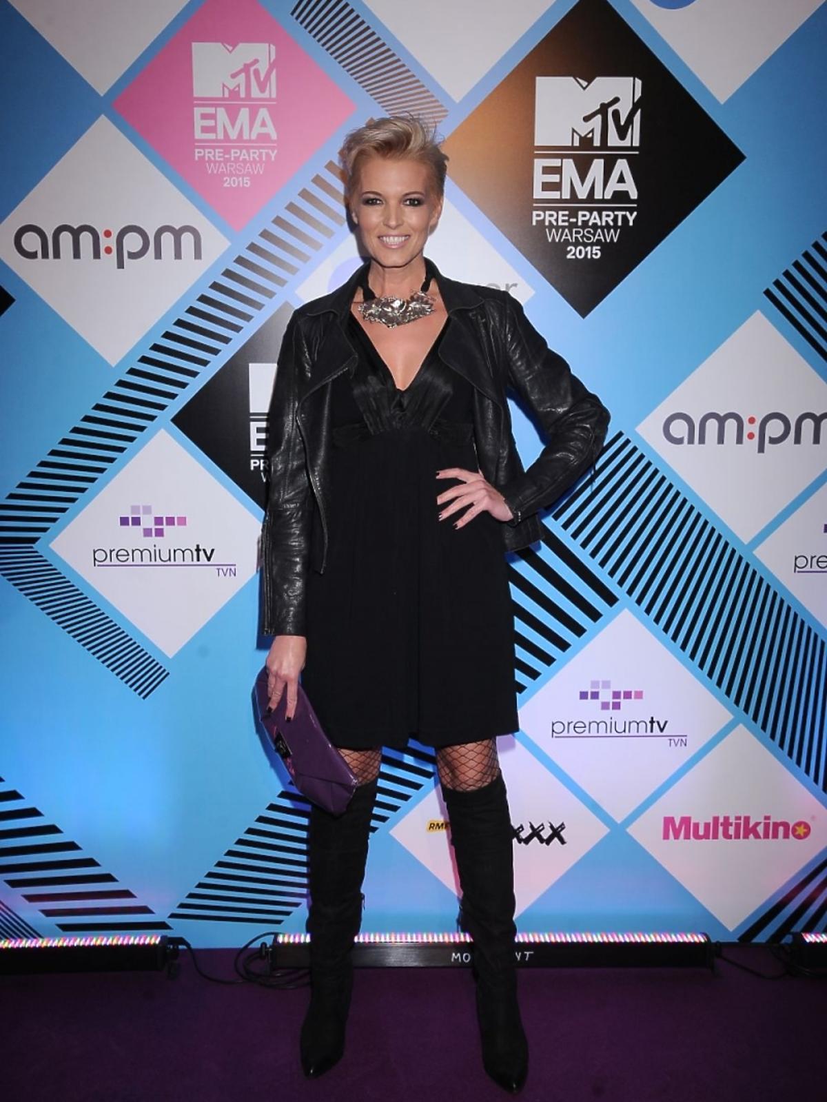 Ilona Felicjańska w czarnych długich butach i w czarnej mini pozuje na ściance