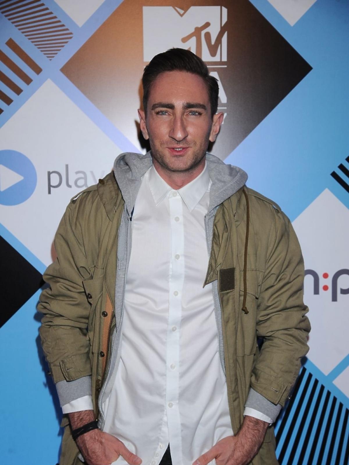 Łukasz Jakóbiak w kurtce na MTV