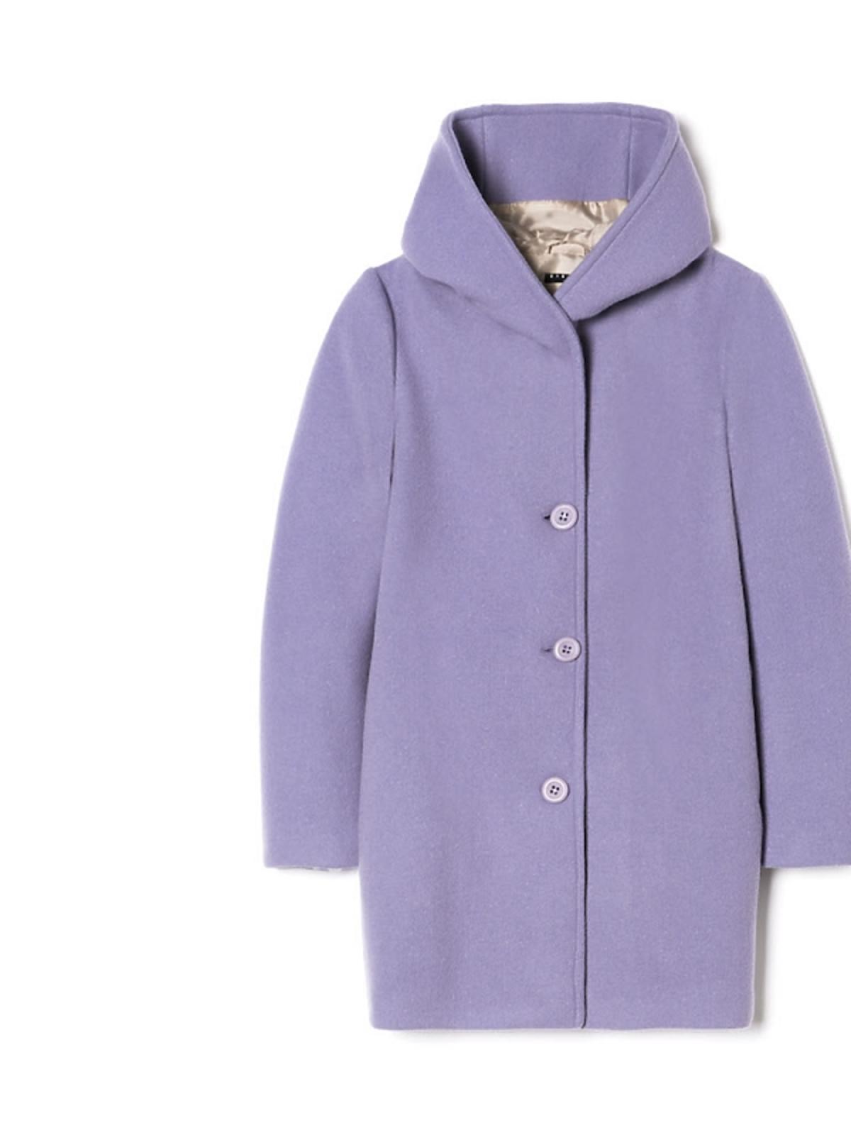 fioletowy płaszcz z dużym kołnierzem
