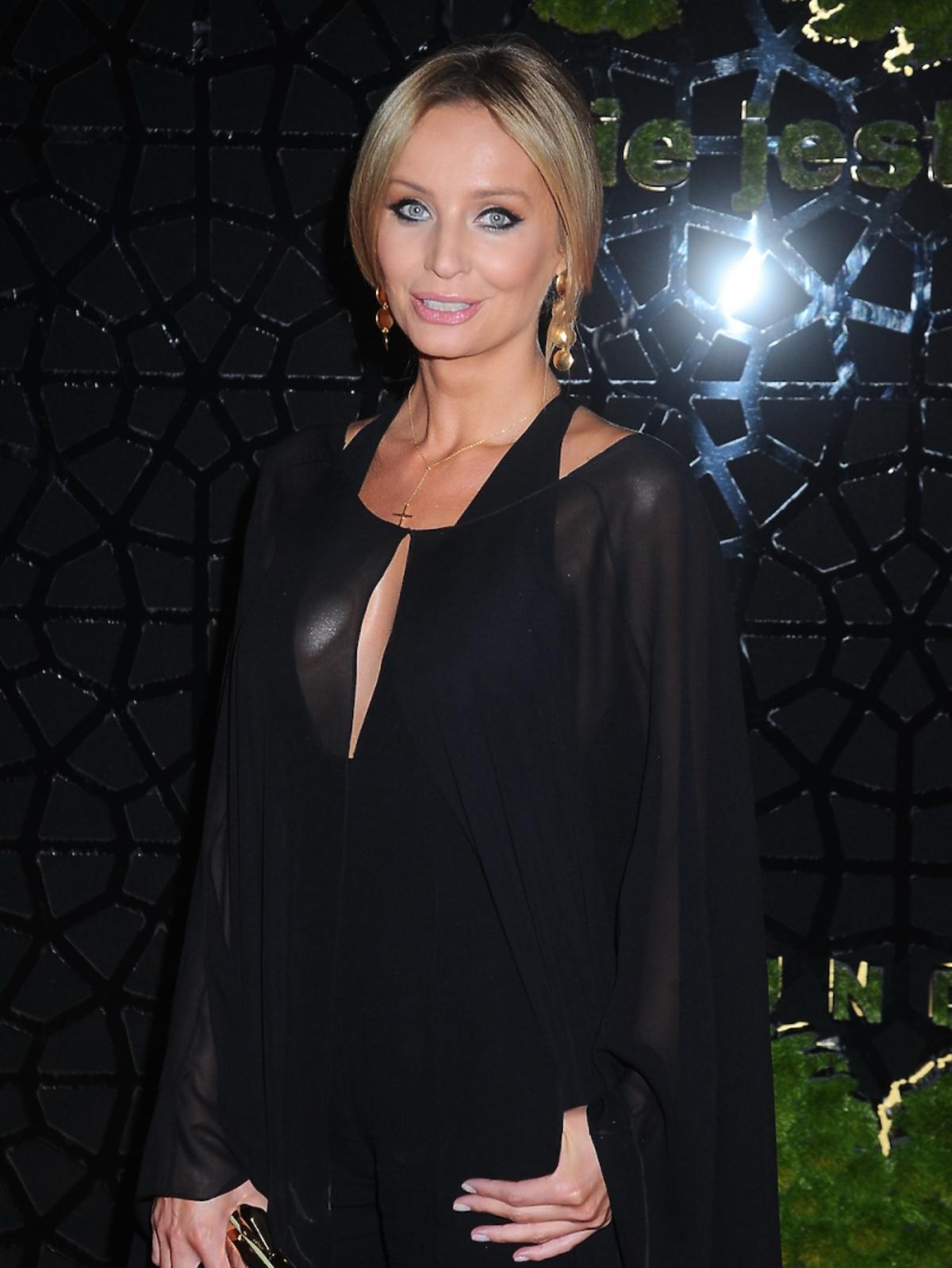 Agnieszka Szulim w czarnej długiej sukience z peleryną na czerwonym dywanie