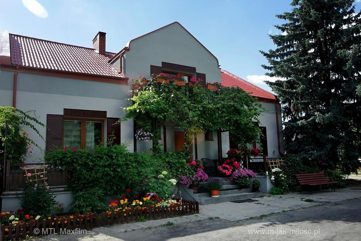 Dom Mostowiaków z zewnątrz po remoncie w Grabinie