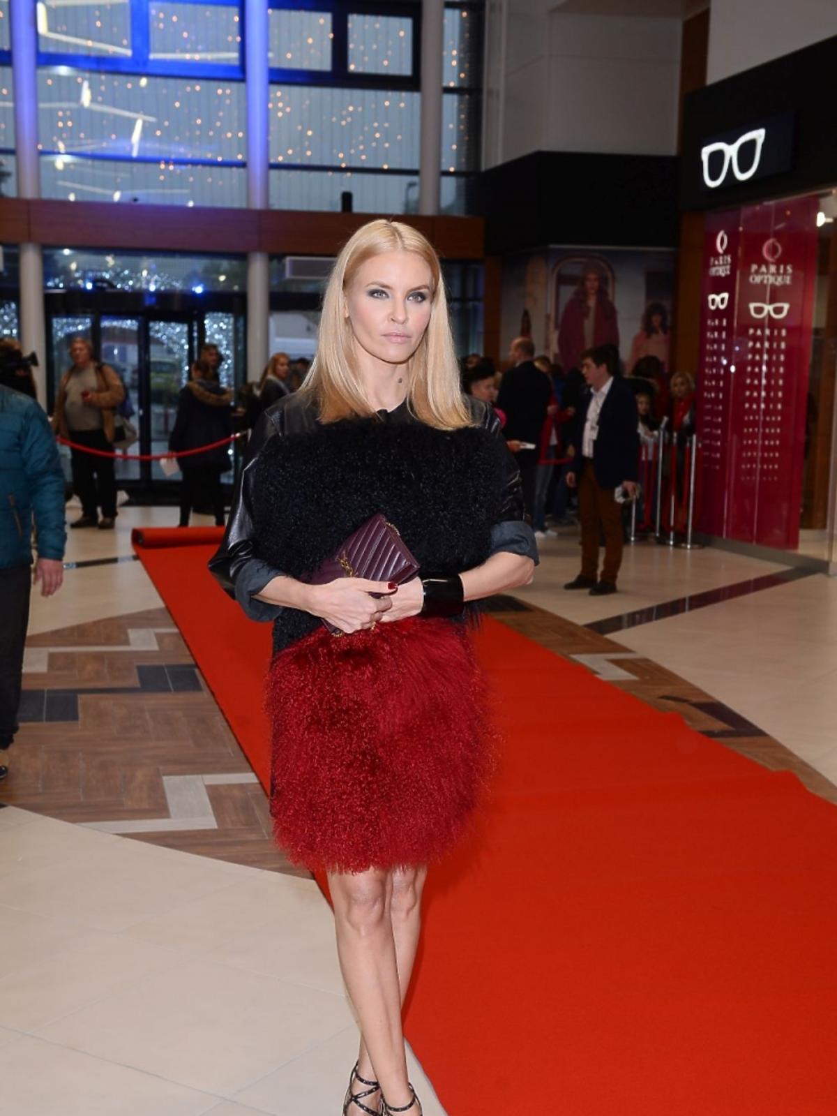 Joanna Horodyńska w futrzanej czerwonej spódnicy