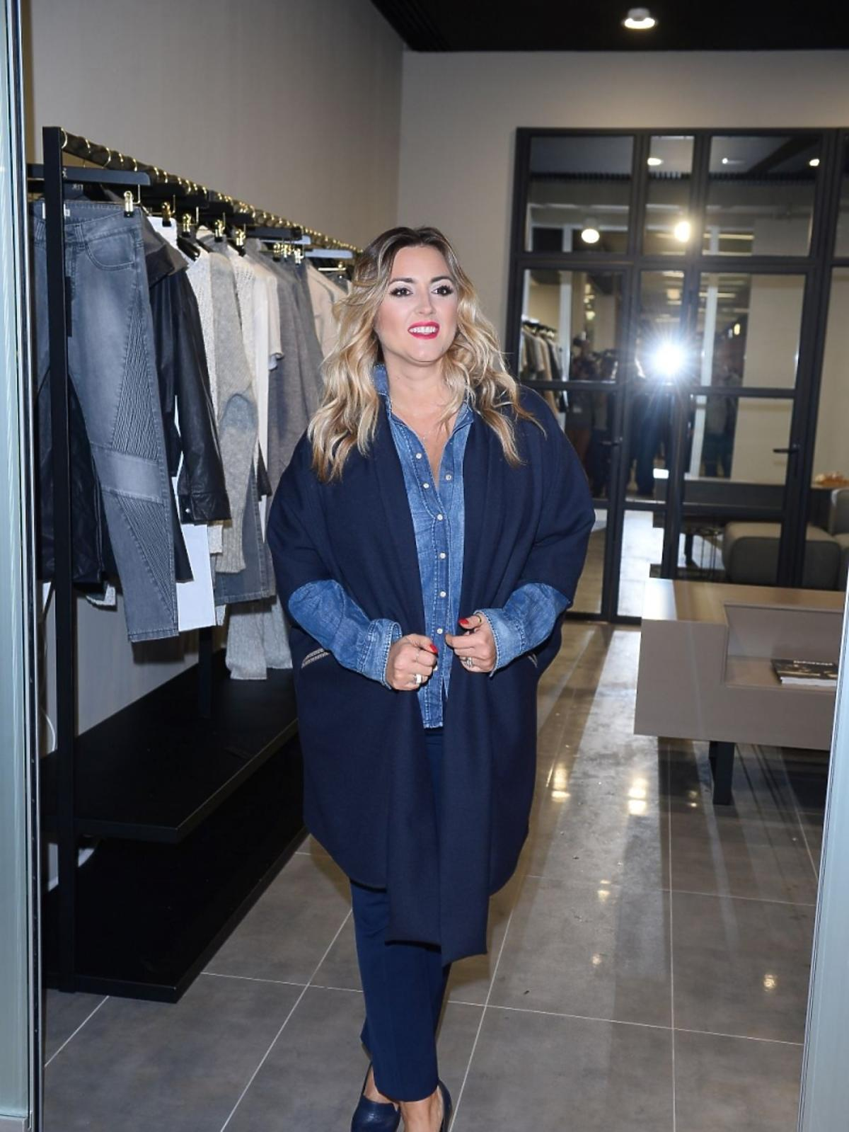 Karolina Szostak w dżinsowej koszuli