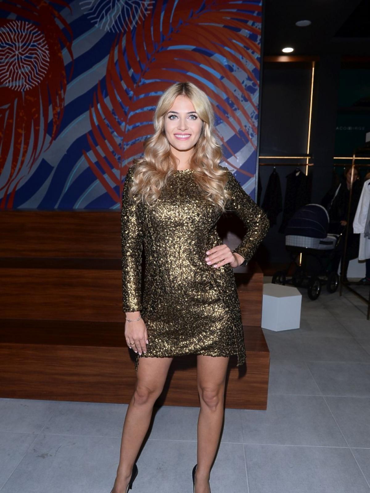 Rozalia Mancewicz w złotej sukience