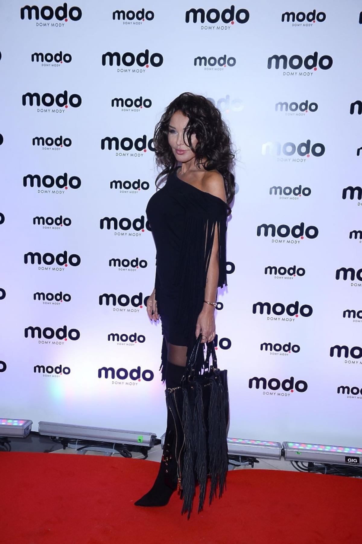 Ewa Minge w czarnej sukience