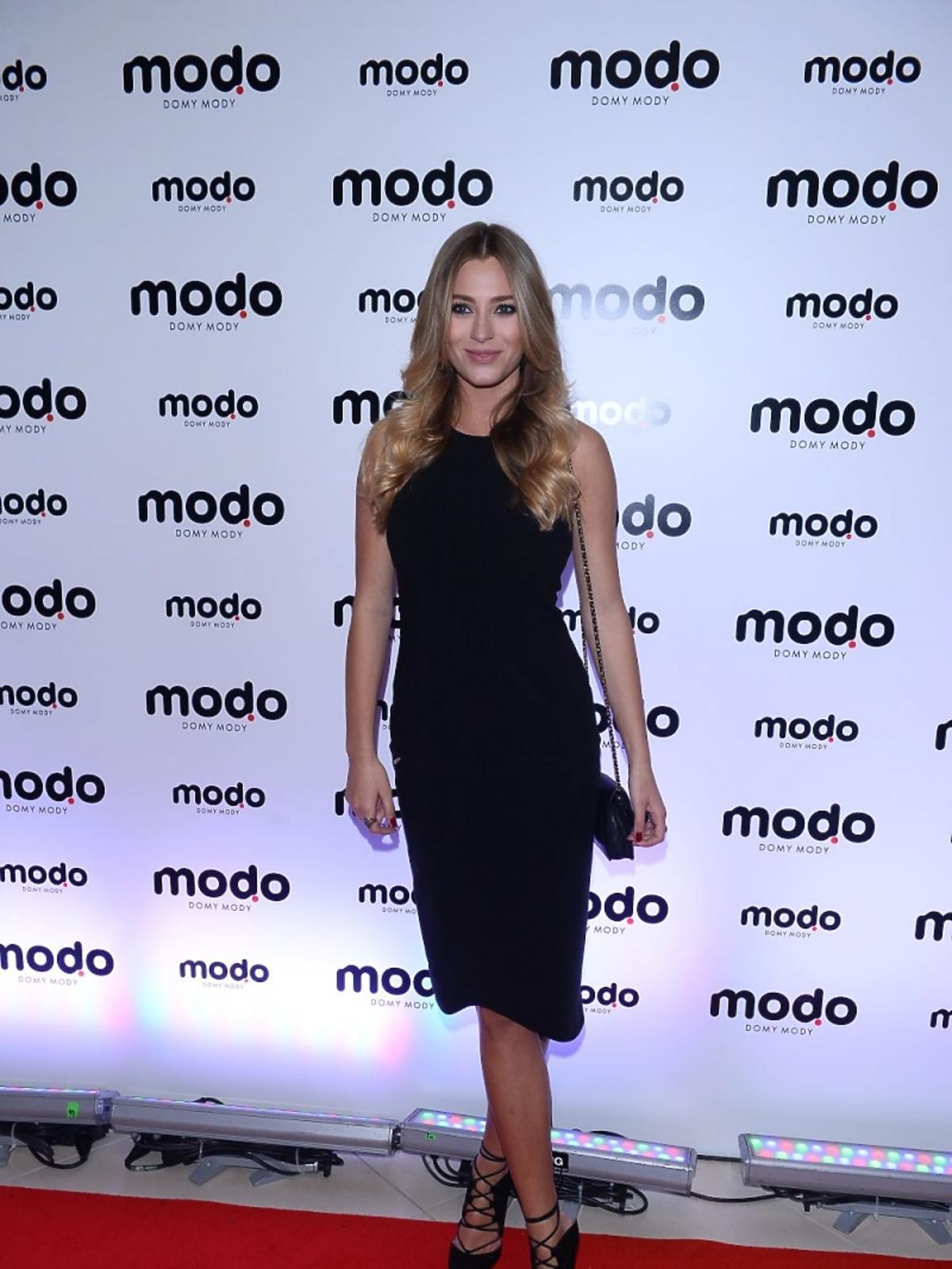 Marcelina Zawadzka w czarnej krótkiej sukience