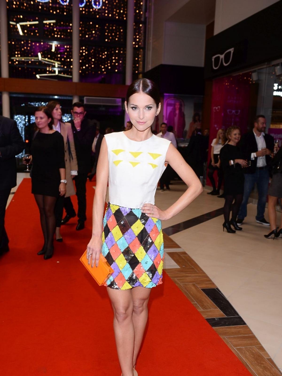 Paulina Sykut w kolorowej spódnicy w geometryczne wzory