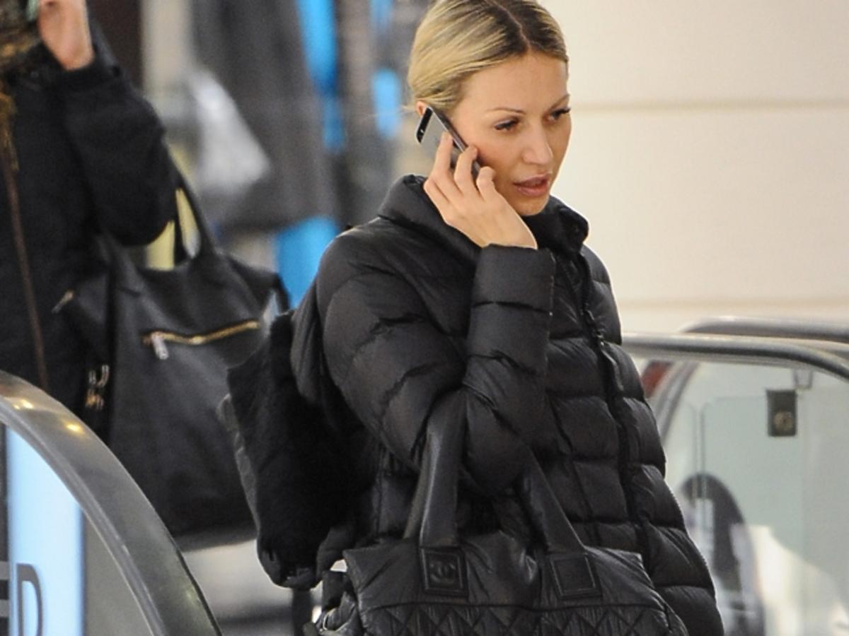 Magdalena Ogórek rozmawia przez telefon