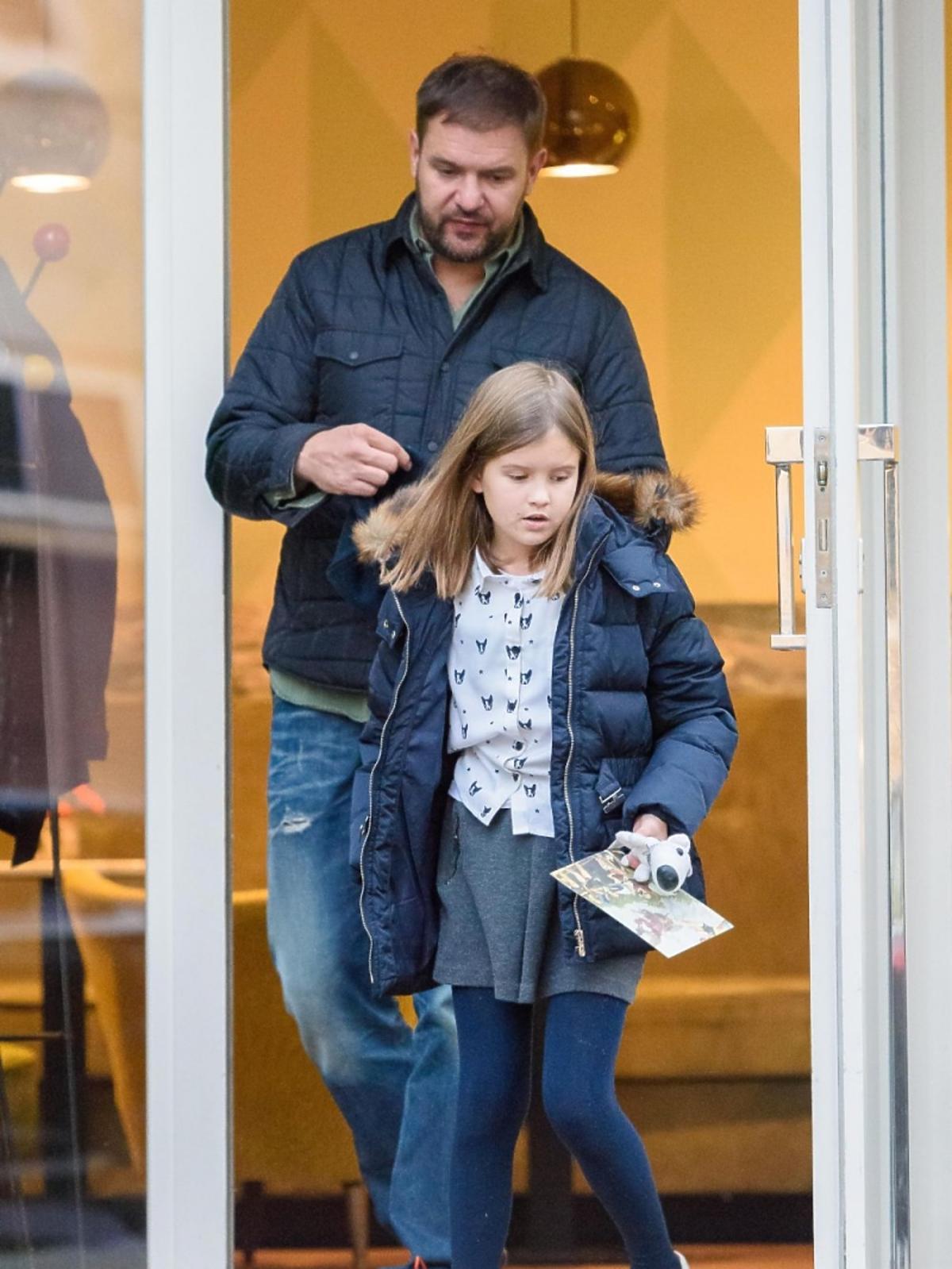 Tomasz Karolak w dżisnach, córka Lena w szarej spódniczce