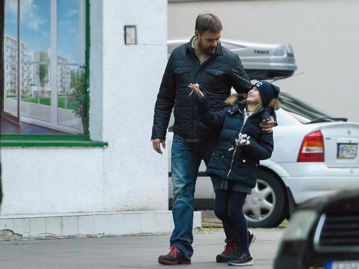 Tomasz Karolak z córką Lenka na ulicy