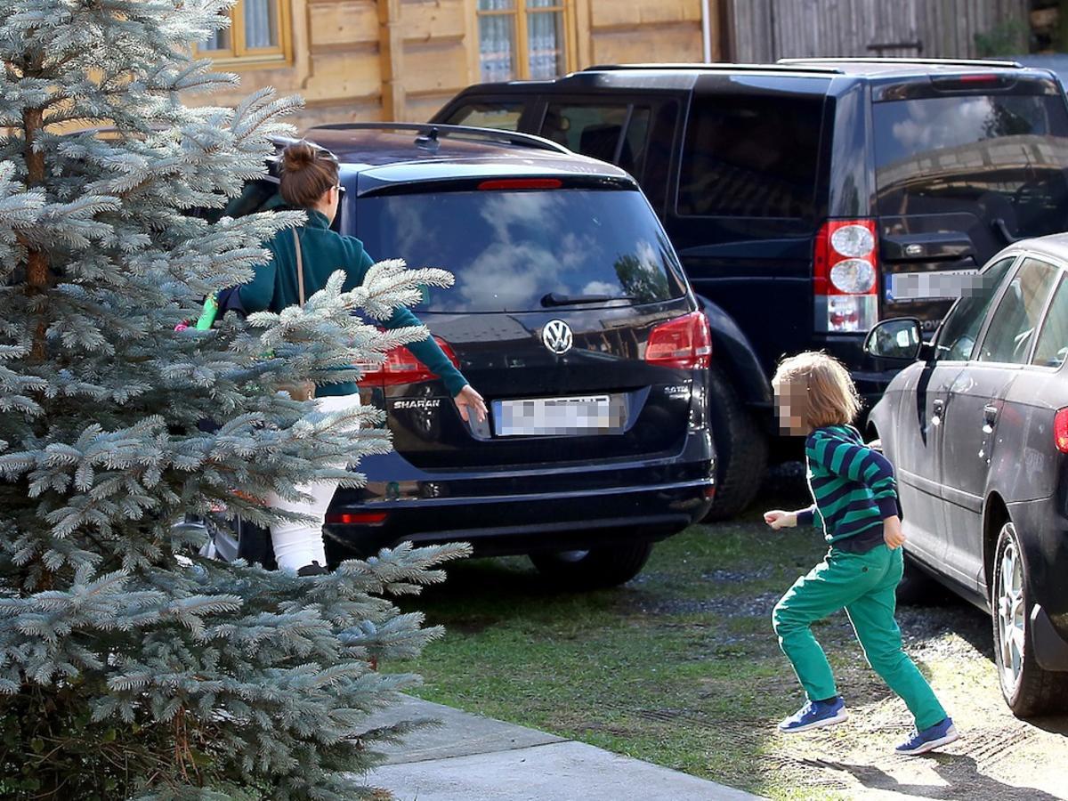 Alicja Bachleda-Curuś w białych spodniach z ynem w zielonych spodniach