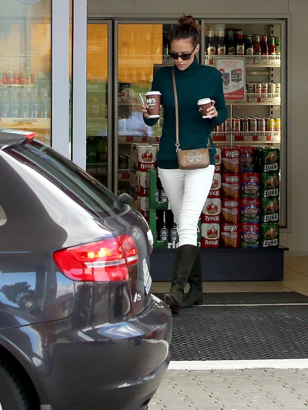 Alicja Bachleda-Curuś w białych spodniach i okularach na stacji benzynowej