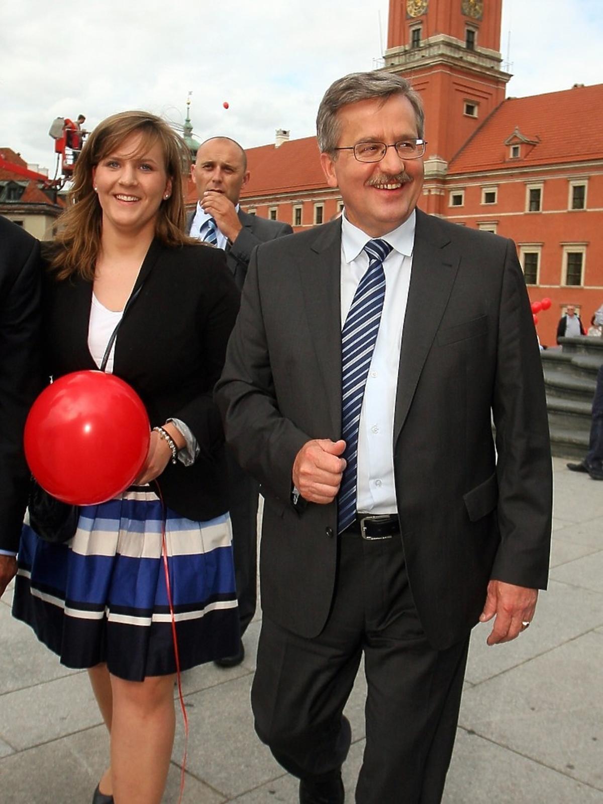 Bronisława Komorowskiego idzie po chodniku z córką Elżbietą