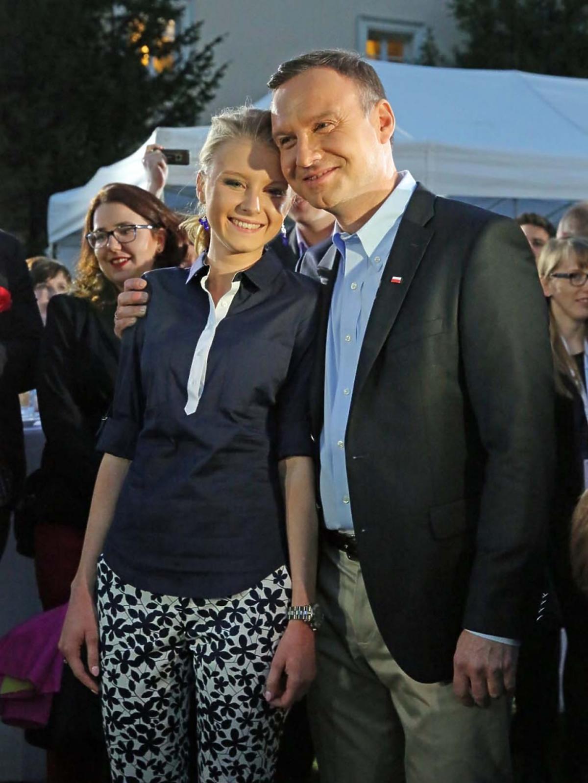 Andrzej Duda córką Kingą stoja przytuleni