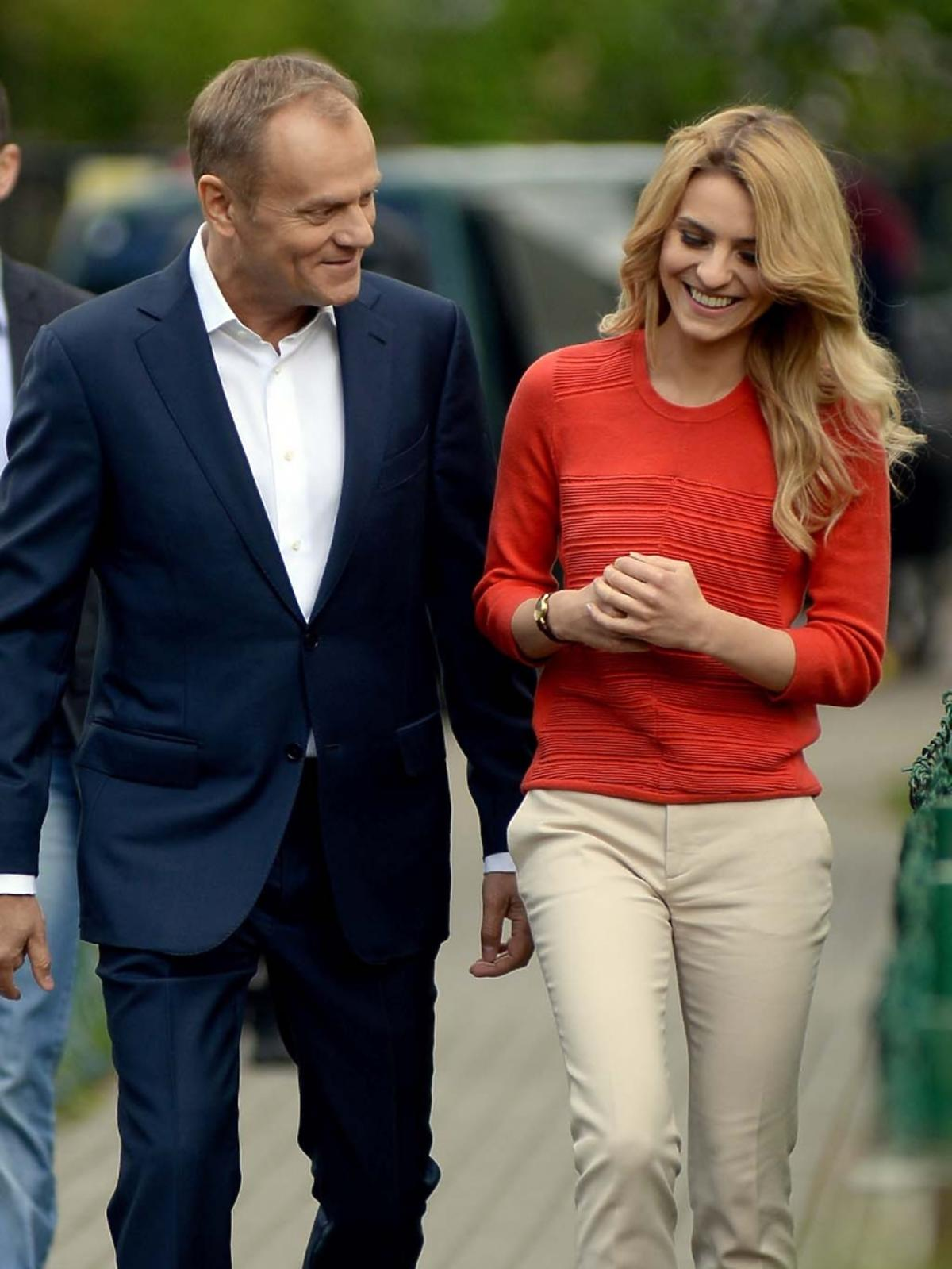 Donald Tusk idzie ulicą z córką Katarzyną