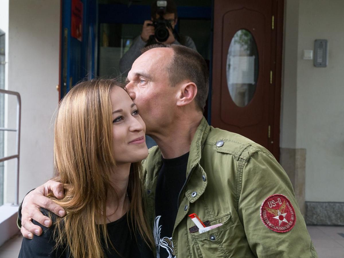 Paweł Kukiz obejmuje i całuje córkę Julię