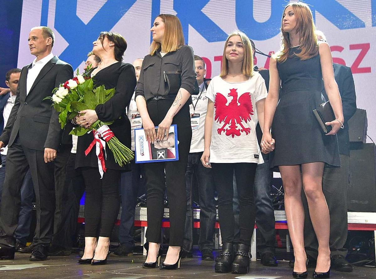 Paweł Kukiz z żoną i córkami Polą, Hanią i Julią stoją na scenie podczas wieczoru wyborczego
