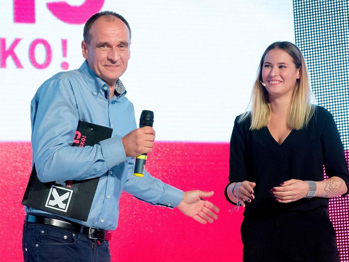 Paweł Kukiz z córką Polą Kukiz stoją na scenie