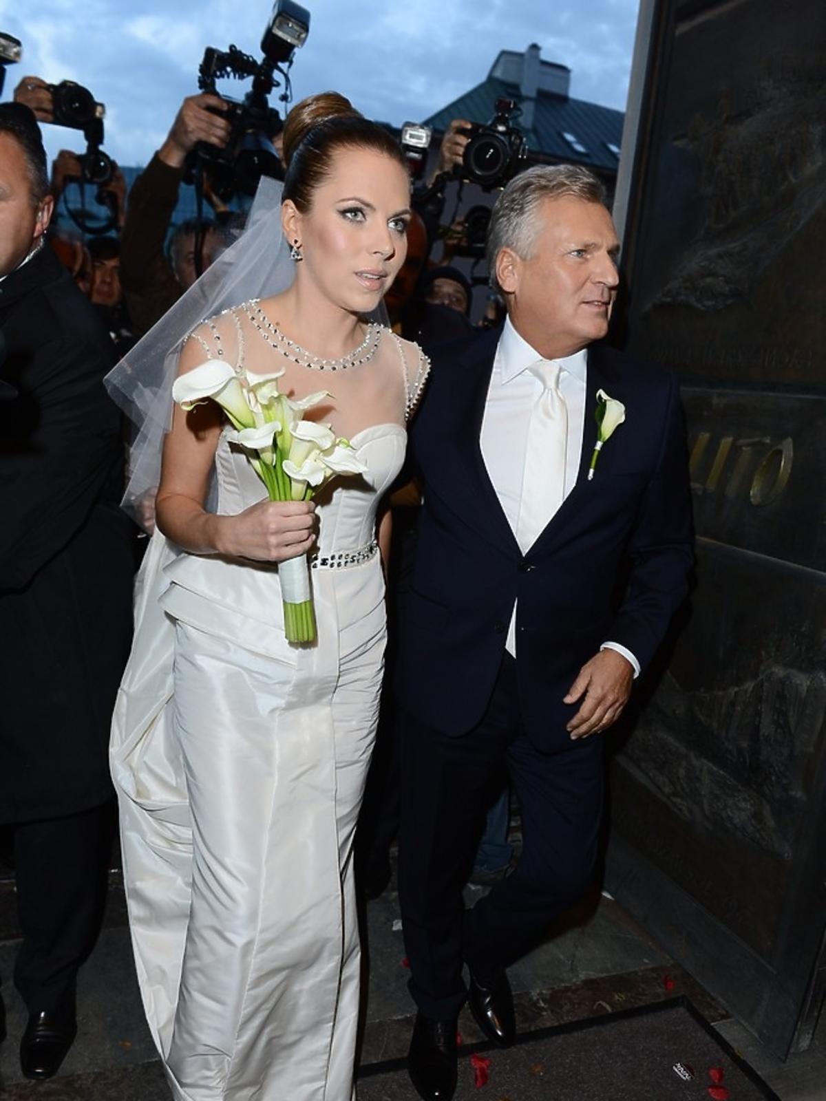 Aleksandra Kwaśniewska w sukni ślubnej z tatą Aleksandrem