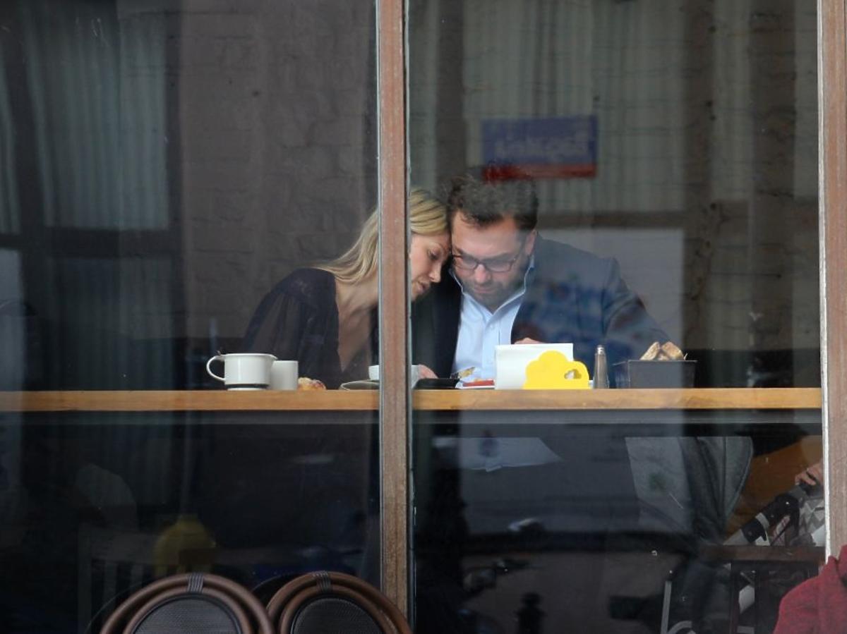 Magdalena Ogórek przytula się do Bartosza Węglarczyka