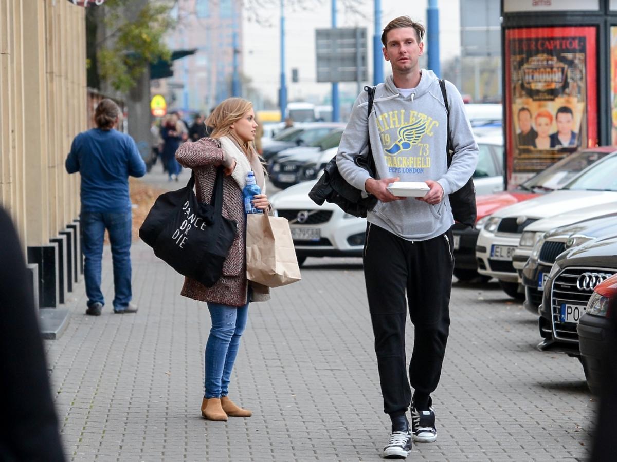 Agnieszka Kaczorowska w dresach i Łukasz Kadziewicz w dresach na ulicy