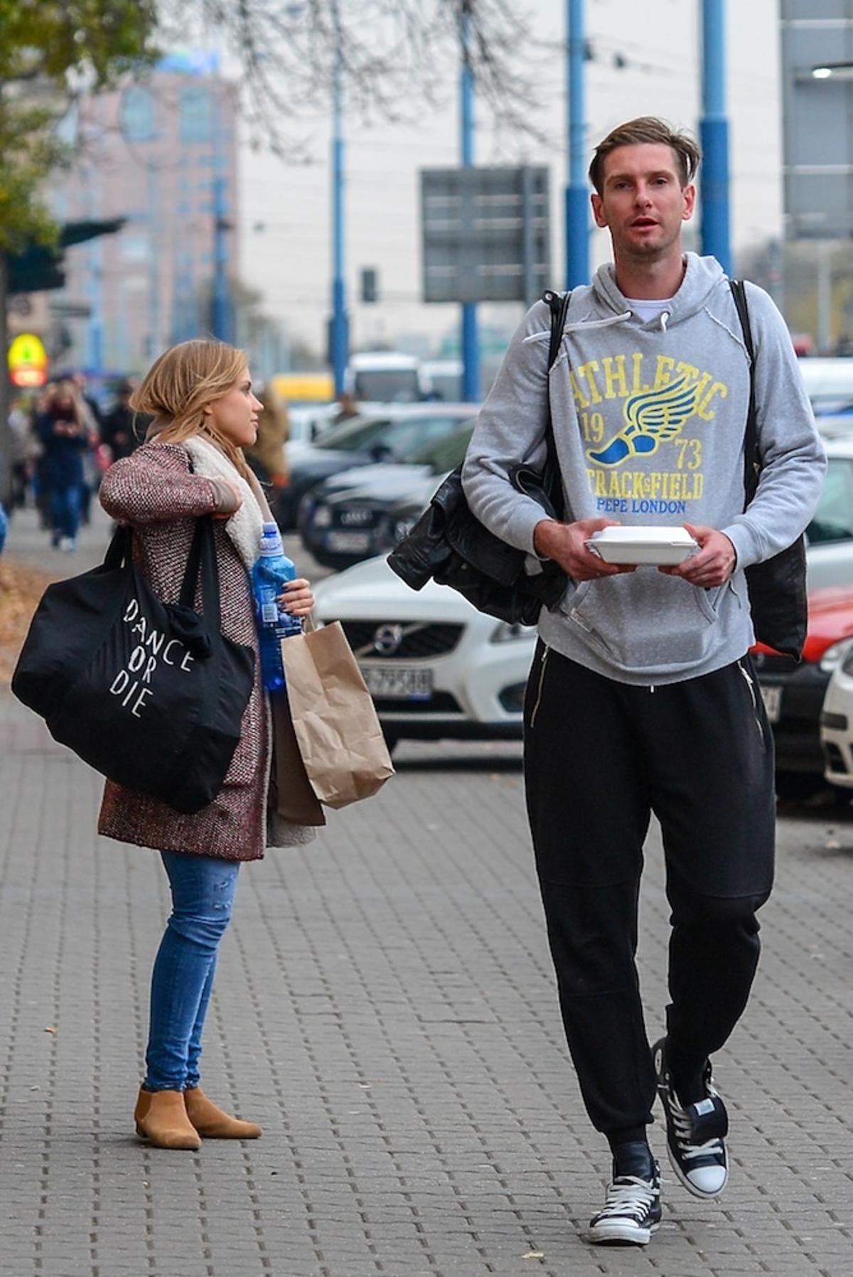 Agnieszka Kaczorowska w dresach i Łukasz Kadziewicz w dresach na ulicy idą na trening